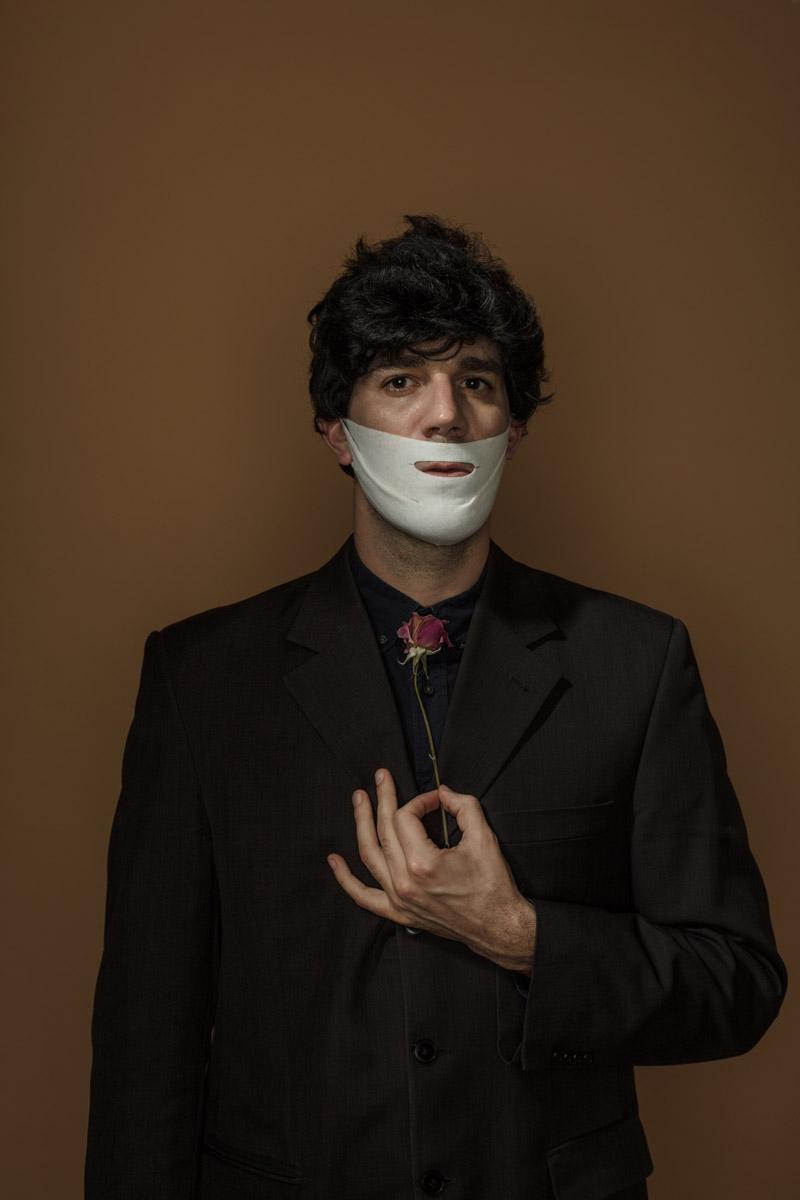 Автопортрет с маской от морщин, потягивающей область щек