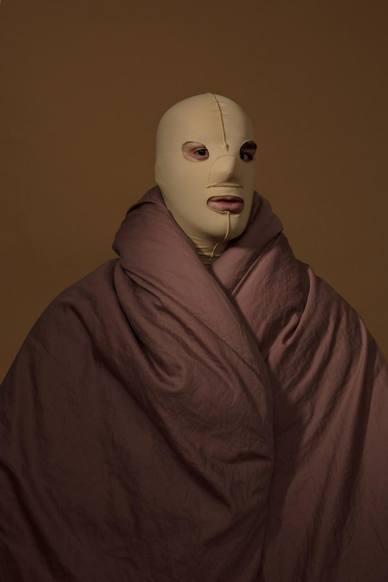 Автопортрет с подтягивающей маской