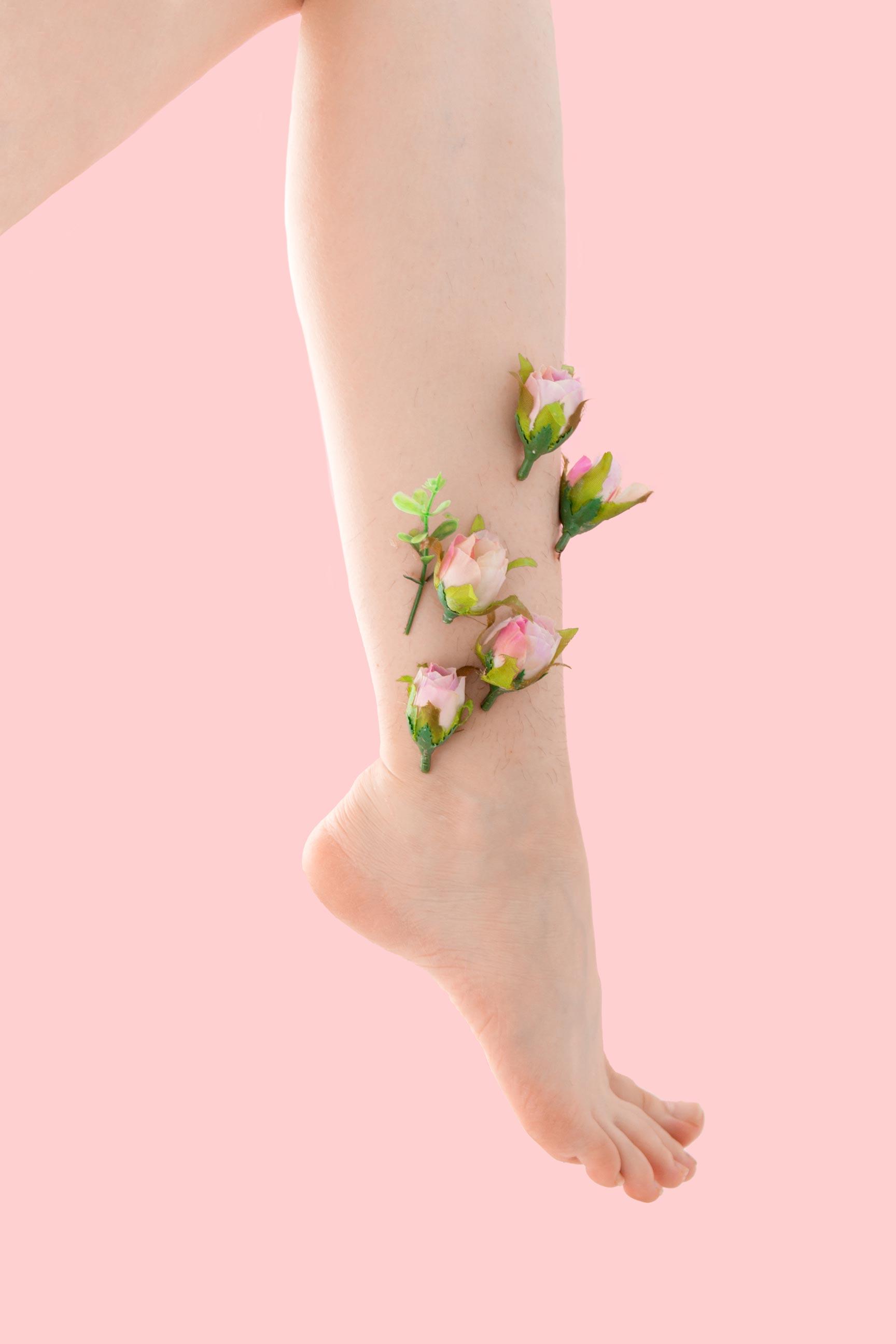 иллюстрация лазерной эпиляции и волос на ногах через визуальную метафору цветы отображают волосы на теле