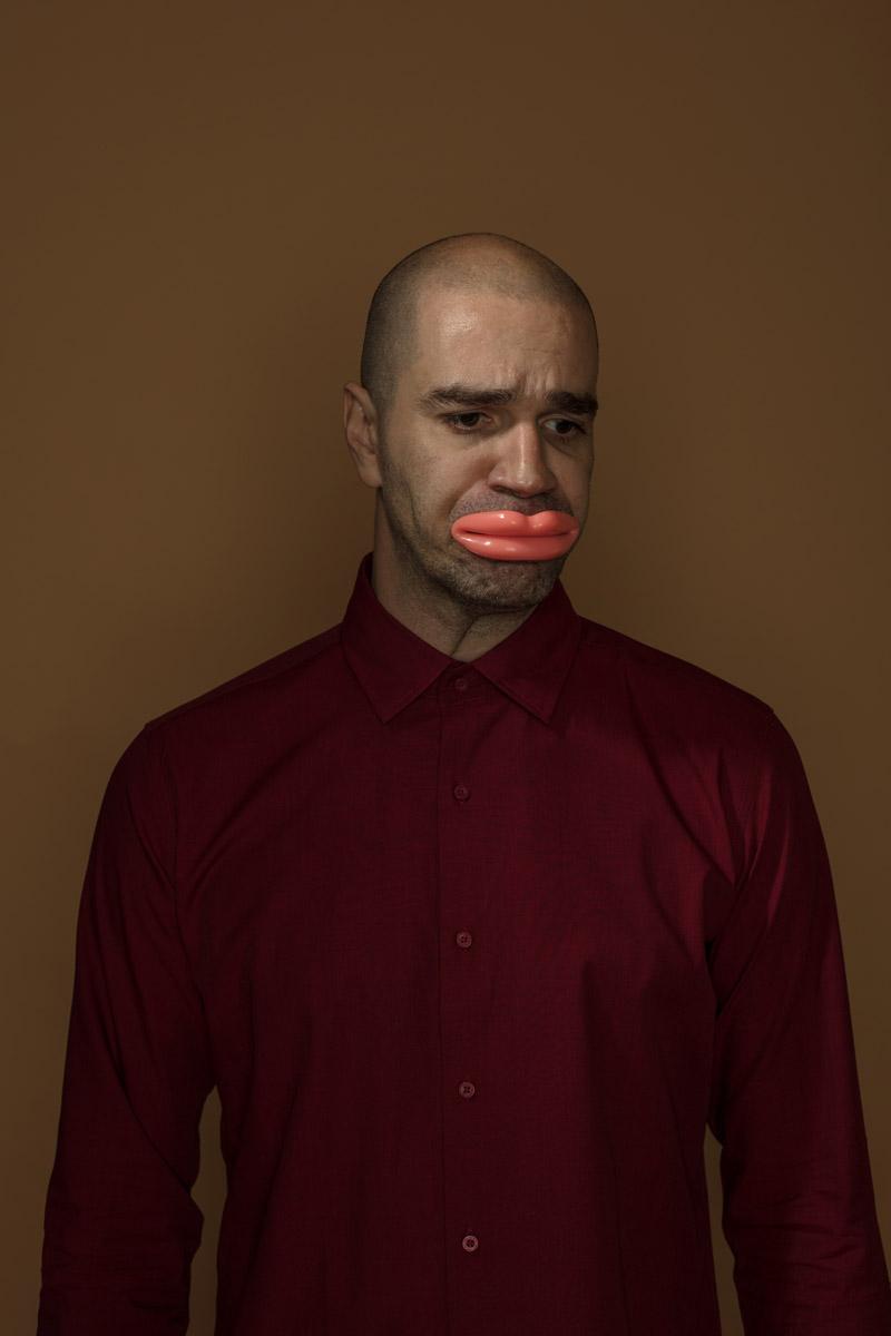 Автопортрет с тренажером для губ